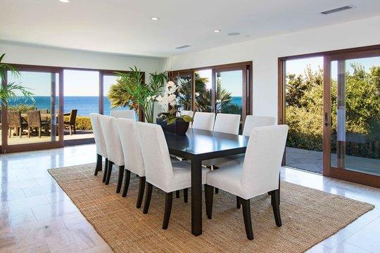 Phòng ăn rộng rãi, thoáng mát hướng tầm nhìn ra biển.