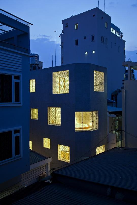 Về đêm, ánh sáng từ các ô cửa càng làm ngôi nhà thêm ấm áp, nổi bật với không gian xung quanh.