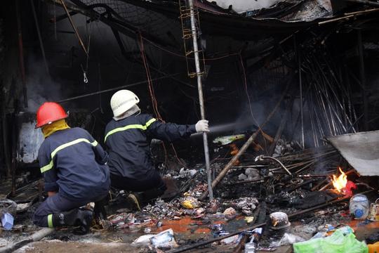 Các chiến sĩ cứu hỏa tiến sâu vào hiện trường để phun nước dập lửa.