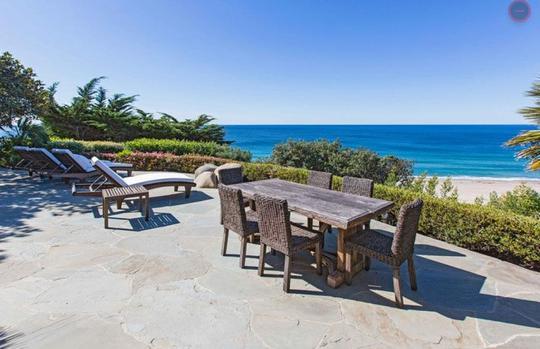 Ngoài ra sân nghỉ ngơi ngoài trời với ghế tắm nắng và bàn ăn cũng được sắp xếp hướng ra biển.