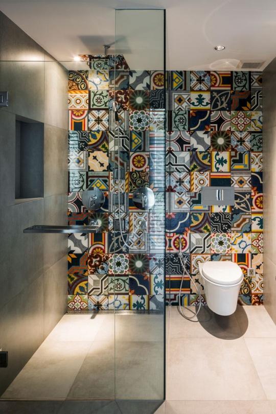 Khu vực phòng tắm được tạo điểm nhấn bằng bức tường gạch hoa ấn tượng.