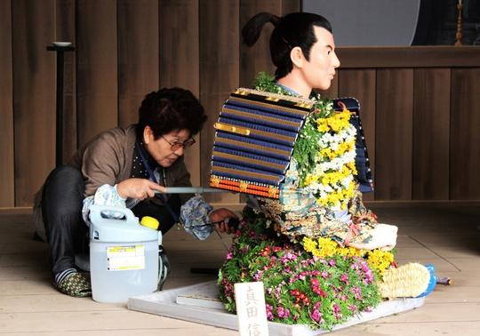 Hằng ngày, các nghệ nhân đều tưới nước, chăm sóc tỉ mỉ để kéo dài độ tươi của hoa, giúp những bộ trang phục hoa luôn lộng lẫy.