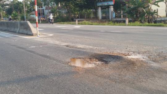 Nhiều điểm đường bị hư hong nặng gây nguy hiểm cho người tham gia giao thông