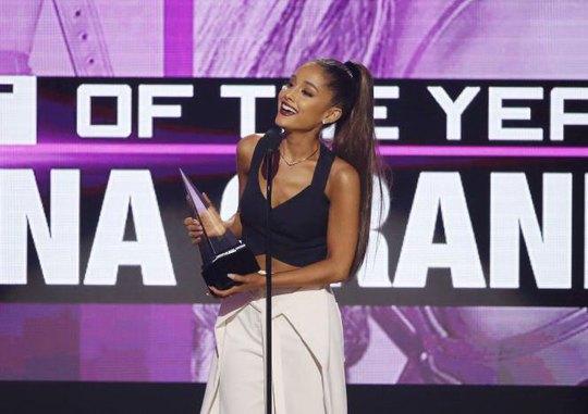 Ca sĩ Ariana Grande nhận giải thưởng AMAs 2016