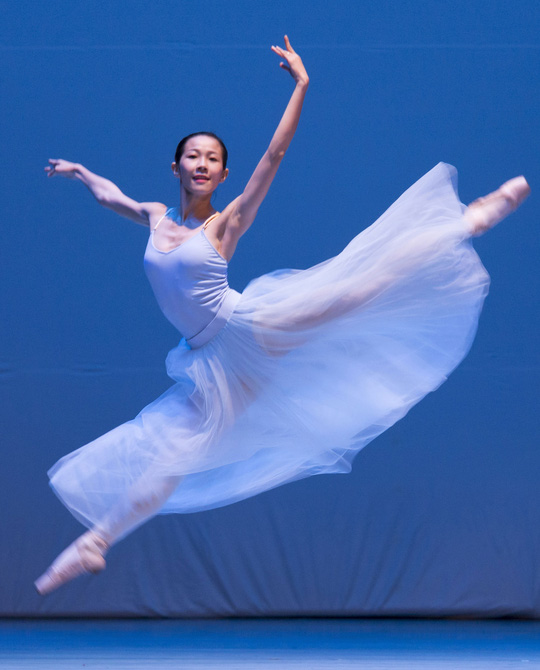 """Hoàng Yến trong vở ballet """"Serenade"""" của Tchaikovsky Ảnh: SƠN TRẦN"""