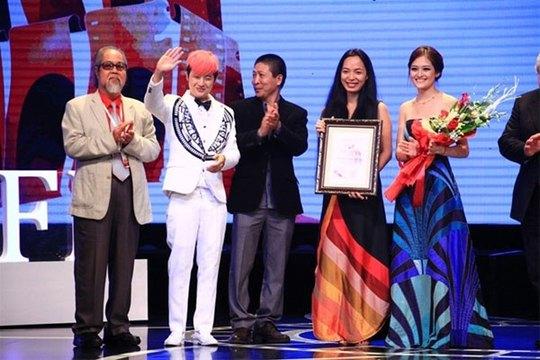 """Phim """"Đập cánh giữa không trung"""" của đạo diễn Nguyễn Hoàng Điệp được vinh danh tại LHP quốc tế Hà Nội lần III"""