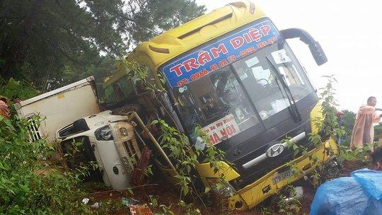 Chiếc xe khách lật đè lên xe tải. Ảnh Facebook Mai Binh Ngoc Anh