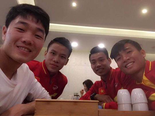 Xuân Trường ra sân bay chia tay thầy trò HLV Nguyễn Hữu Thắng