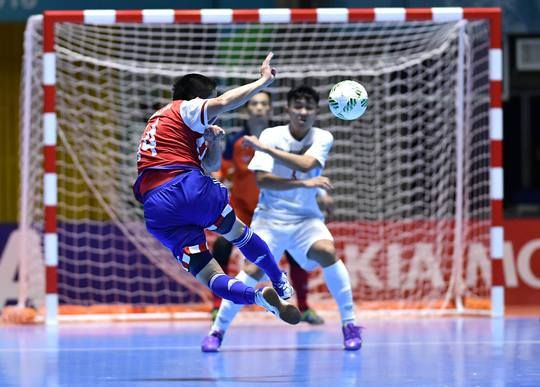 Paraguay liên tục dồn ép, khiến các cầu thủ Việt Nam phải co cụm ở sân nhà để hạn chế bàn thua