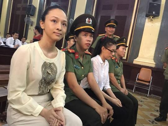 Hoa hậu Phương Nga (bìa trái) và bị cáo Dung (áo trắng) tại tòa