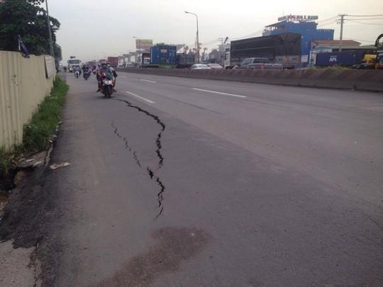 Trước đó, sự cố đường bị nứt toác khiến người dân lo lắng khi lưu thông qua khu vực này