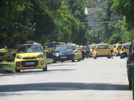 Hiện các tài xế cho xe đậu dọc theo đường Nguyễn Chí Thanh để phản đối vụ việc.
