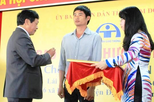 Tài xế Phan Văn Bắc vinh dự nhận Huân chương dũng cảm của Chủ tịch nước trao tặng.