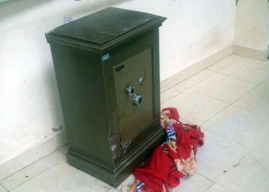 Chiếc két sắt được bàn giao cho cơ quan công an