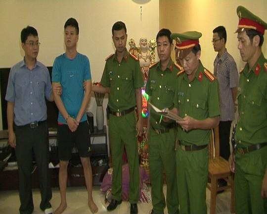 Đối tượng Hồ Công Nhật Quang (thứ 2 từ trái qua) bị lực lượng công an bắt giữ.