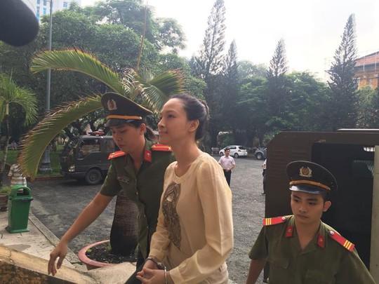 Hoa hậu Phương Nga được dẫn giải đến tòa