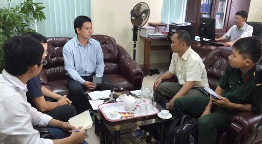 Ông Lê Đình Quyết trao đổi với báo chí