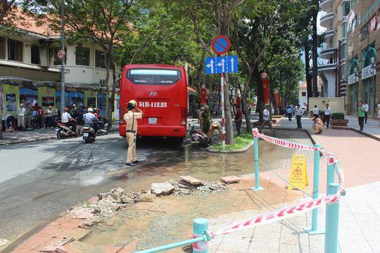Trụ nước chữa cháy bị tông gãy khiến nước tràn lênh láng trên đường
