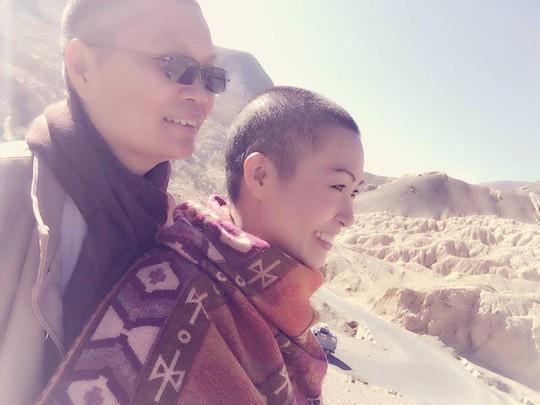 Phương Thanh chụp ảnh cùng nhà sư Huệ Đức