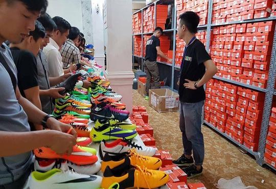 """Anh Lễ (sinh viên năm 3 trường ĐH GTVT, ngụ quận Thủ Đức) cho biết """"Tôi đến đây mua được một bộ quần áo thể thao của Nike với giá xấp xỉ 300 ngàn đồng ngang với đồ fake"""""""