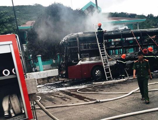 Lực lượng phòng cháy chữa cháy tham gia chữa cháy, nhưng chiếc xe đã bị cháy rụi (Ảnh: Trung Hiếu)
