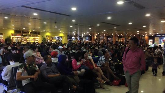 Hành khách ga nội địa đang chờ đợi. - Ảnh bạn đọc Nguyễn Hồng Lam.