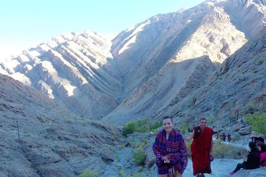 Phương Thanh chia sẻ mỗi ngày cả đoàn đi bộ và leo núi từ trưa đến gần tối mới về