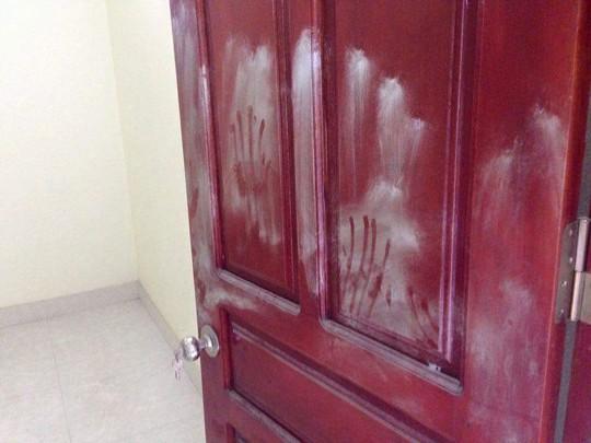 Nhiều dấu vân tay lạ để lại trên cánh cửa tủ trong căn nhà xảy ra vụ thảm án