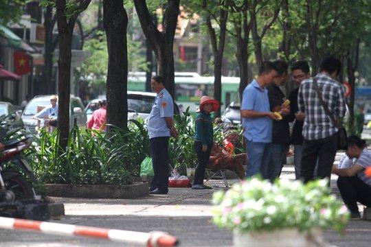 Cán bộ trật tự đô thị phường Bến Nghé (quận 1, TP HCM) đang kiểm tra khu vực quanh nhà thờ Đức Bà.