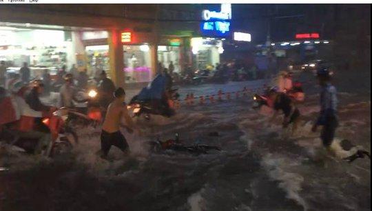 Cảnh nước chảy như lũ, nhân chìm nhiều xe máy trên đường Võ Văn Ngân trong trận mưa tối 26-9 (Ảnh cắt từ clip - Nguồn: Facebook: Dano Pham)