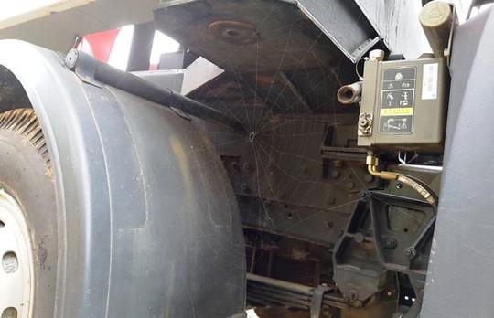 Mạng nhện giăng đầy dưới gầm chiếc xe đặc chủng