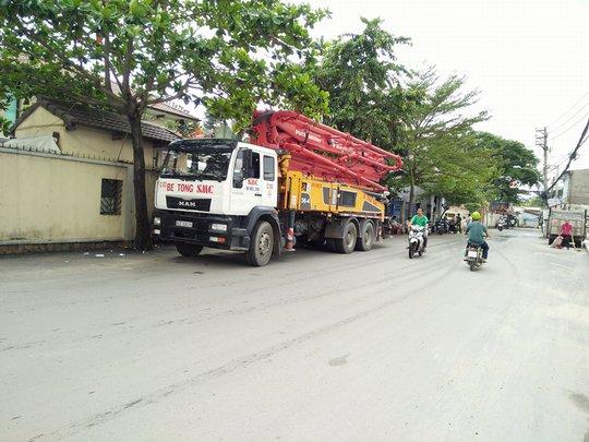 Chiếc xe bồn va vào trụ cứu hỏa khiến nước chảy lênh láng Thảo Điền