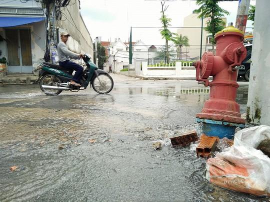 Nước từ trụ cứu hóa chảy ra lênh láng