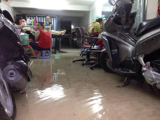 Và sức người đành chịu thua bà thủy. Nhiều nhà dân ở đường D1 ngập nước