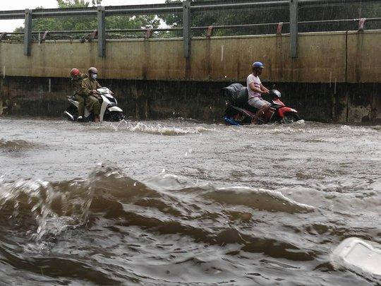 Nước đang dần lên cao ở đường Nguyễn Hữu Cảnh (quận Bình Thạnh, TP HCM)