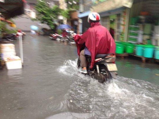 Trong lúc đường Nguyễn Hữu Cảnh đang chìm thì rất nhiều tuyến hẻm ở quận Bình Thạnh người dân đang phải kê cao đồ đạc, hàng hóa để đối phó với tình trạng nước dâng cao