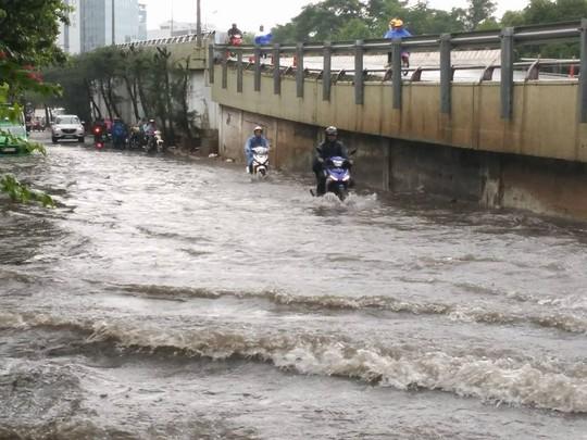 Mưa nhẹ kết hợp triều cường đã nhấn chìm con đường Nguyễn Hữu Cảnh vào lúc 16 giờ chiều nay