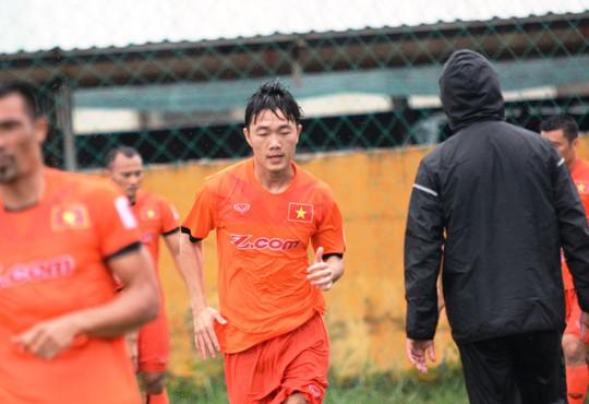 Trời mưa lớn trong buổi tập đầu tiên của Xuân Trường cùng đội tuyển Việt Nam