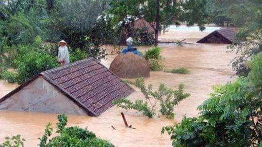 Nước lũ dâng gần lút nóc nhà