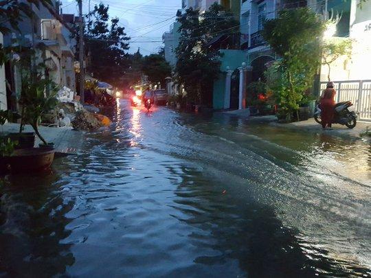 Cảnh tượng nước ngập trên đường số 51 (Phường Tân Quy, quận 7)