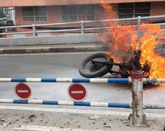 Chiếc xe mô tô cháy ngùn ngụt khi đang đổ dốc cầu (Ảnh: AX)