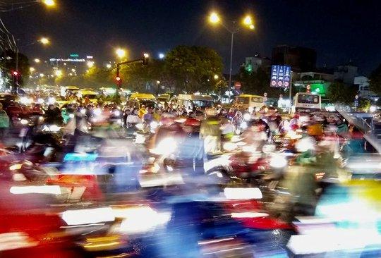 Và đây là đường Trường Chinh, đoạn qua Khu Công nghiệp Tân Bình lúc 19 giờ. Chỉ có thể dùng 2 từ để miêu tả là : Hỗn loạn!