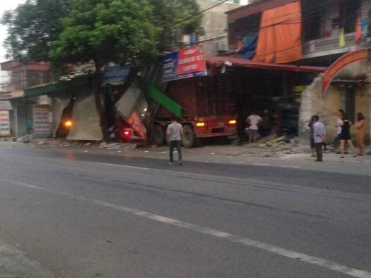 Hiện trường vụ tai nạn xe container lao vào vệ đường xuyên thủng 3 nhà dân