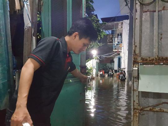 Đến 17 giờ, hàng loạt ngôi nhà ở phường Tân Quy (quận 7, TP HCM) đã bị ngâp nước