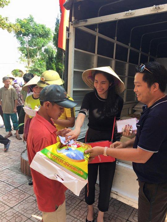 Vợ chồng đội trưởng tuyển Việt Nam quyên góp được gần 500 triệu đồng để chia sẻ với những gia đình đang gặp khó khăn sau cơn lũ