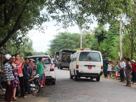 Người dân và chính quyền cũng đứng đầy 2 bên đường để tiễn đưa các sĩ quan tử nạn