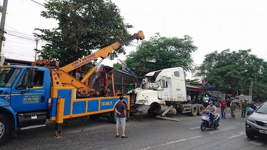 Lực lượng chức năng đưa xe container ra khỏi hiện trường