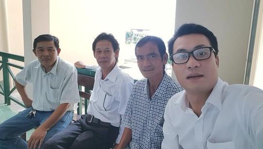Ông Huỳnh Văn Nén (thứ 2 từ phải sang) cùng các LS trong giờ giải lao giữa buổi thương lượng (Ảnh: LS Quynh)