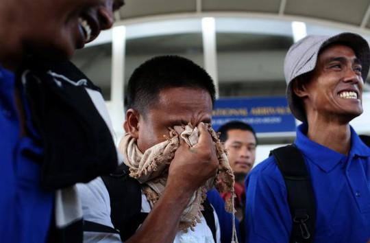 Một trong những ngư dân rơi nước mắt khi được thả tự do - Ảnh: Reuters