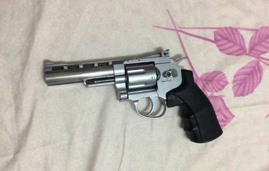 Khẩu súng Phượng thường xuyên mang bên người phòng thân.
